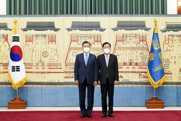 문 대통령이 15일 정의용 외교부 장관 등에게 임명장을 수여했다. [사진제공-청와대]